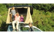 Hussarde Quatrö - <p>La <strong>Hussarde Quatrö</strong> permet d'accueillir jusqu'à 2 adultes plus 2 enfants, ou 3 adultes.</p> <ul> <li>matelas Haute Résilience de 160x200x6cm,</li> <li>beaux volumes et espaces autour du matelas avec des poches de rangement,</li> <li>rapidité et facilité d'usage,</li> <li>toile en coton imperméable et respirante,</li> <li>ventilation passive brevetée...</li> </ul> <p>sont la garantie d'un confort haut de gamme, doublé de la sérénité apportée par:</p> <ul> <li>une garantie de 5 ans,</li> <li>un système de fixation, sécuritaire et antivol, breveté,</li> <li>une homologuation ISO 11154-M (norme internationale de sécurité pour accessoires sur toit de véhicule),</li> <li>une toile interchangeable, imputrescible et anti-moisissure,</li> <li>une fabrication 100% Made in France,</li> <li>une livraison à domicile...</li> </ul> <p>On procède à l'installation comme pour un coffre de toit, sur tout véhicule équipé au préalable de 2 barres de toit transversales (d'un coté à l'autre de la voiture), distantes de 70 cm à 120 cm et supportant 75 kg ou plus. C'est le cas de quasiment toutes les barres de toit.</p>
