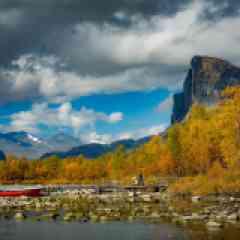 Into The Wild - Venez-vous immerger dans l'une des régions les plus isolées d'Europe : le parc national du Sarek en Suède. Classé au patrimoine mondial de l'Unesco, chaque automne le parc se transforme en un spectacle de couleurs. Au cours de ce trek photo en suède, nous traverserons des endroits sauvages, loin de toute civilisation, sans accès routier ni réseau téléphonique !