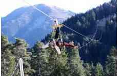 La plus grande Tyrolienne de France - <p>En hiver comme en été, la station de la Colmiane vous propose:</p> <p>Une tyrolienne géante, permettant de survoler le domaine skiable, en toute sécurité, à une vitesse maximale de 130 km/h.</p> <p>D'une longueur totale de 2 663 mètres, cette tyrolienne se compose de deux sections:</p> <ul> <li>Section 1 entre l'arrivée du télésiège du Pic et une plateforme intermédiaire installée sur le versant nord-ouest du Petit Conquet : 1879 m</li> <li>Section 2 entre la plateforme intermédiaire et la station : 784 m</li> </ul> <p>Vivez des émotions fortes seul ou en duo à la Colmiane !</p>