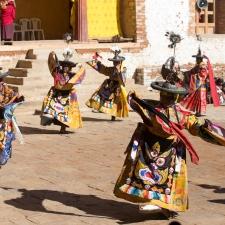 Festival du Bhoutan  - <p>Entre forêts verdoyantes et sommets enneigés de l'Himalaya, le royaume du Bhoutan déploie ses merveilles aux voyageurs. Bienvenue dans un pays mystérieux où se dressent forteresses et monastères d'un autre âge. En vingt ans, Tirawa est devenu LE spécialiste français de la destination et ses équipes guident chaque année de nombreux petits groupes dans ce petit royaume himalayen, parcourant sans cesse le pays, d'ouest en est, afin de dénicher quelques festivals inédits. Témoignages vivants d'une société profondément marquée par la foi, ces festivals de danses masquées sont organisés une fois l'an dans tous les grands monastères du pays. Plusieurs jours durant, danses et rituels se succèdent au son des trompes, des tambours, des cymbales alors que revivent dieux et démons de la mythologie bouddhique ; un spectacle éblouissant de couleurs et de sons. Un voyage hors du temps et inoubliable. </p>