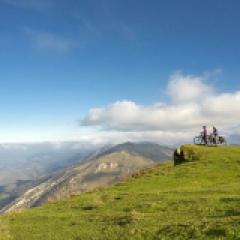 La montagne Basque à vélo électrique - <p>Ce séjour au départ de Mauléon-Licharre, capitale de la Soule, vous fera découvrir à votre rythme, le Pays Basque et ses charmes, tout en douceur grâce aux vélos électriques et par des routes secondaires très peu fréquentées. Ce havre de verdure regorge de trésors cachés qui n'attendent que votre passage. En point d'orgue, si vous êtes suffisamment curieux, un patrimoine unique et authentique égayera votre parcours. La cuisine Basque, excellente, simple et colorée saura satisfaire votre palais surtout si vous l'accompagnez d'un Txakoli, Irouléguy ou tout autre exception du vignoble Basque. N'oubliez pas au passage de goûter les croustades, pastis et pâtisseries locales...</p>