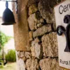 Ecotourisme - Ecolabel Ceres Ecotur/ECEAT, une initiative pionnière en Espagne qui recherche depuis plus de dix ans l'unification d'une offre de tourisme rural en accord avec un développement durable, incorporant des paramètres communs autour de la conservation y mise en valeurs des ressources naturelles et culturelles des destinations rurales et naturelles. Le réseau offre des initiatives réparties dans l'ensemble de l'Espagne ainsi que quelques destinations au Portugal et en Colombie. Cet Ecolabel défend un écotourisme comme modèle positif pour les destinations rurales et naturelles en tant que pratique touristique responsable avec l'environnement, et qui consiste à voyager ou visiter des aires naturelles , comme une expérience compatible avec leur conservation ainsi que l'identité locale, en primant la participation de la population locale et un modèle de développement durable du territoire.