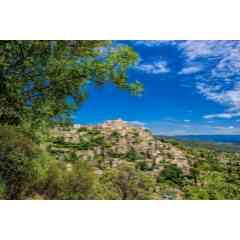 De la source de la Sorgue aux villages perchés du Luberon - A partir d'Avignon, vous apprécierez le charme de l'Isle-sur-la-Sorgue, la « Petite Venise » jusqu'à parvenir à la source de la Sorgue, Fontaine-de-Vaucluse, au creux d'une vallée close, «Vallis Clausa», qui a donné son nom au département. Par des sentiers ancestraux, nous atteindrons Gordes via l'abbaye cistercienne de Sénanque. Notre itinéraire nous mènera à Roussillon, célèbre pour ses carrières d'ocre et aux villages perchés de Bonnieux, Lacoste et Ménerbes.