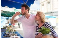 Savourez un moment en amoureux, à Quiberon - <p><strong>En amoureux ou entre amis</strong>, visitez librement les entreprises artisanales : une fumerie et une conserverie de poissons, un atelier de confitures et une confiserie. Découvrez leur savoir-faire et dégustez leurs spécialités. Au dîner: <strong>Un plateau de fruits de mer</strong> et ses huîtres, crevettes, langoustines, bigorneaux, araignées ou tourteaux accompagné d'une bouteille de muscadet vous sera livré sur votre lieu d'hébergement, un studio dans <strong>une agréable résidence près de la mer</strong>. Tarif à partir de 82,25€ par personne</p>