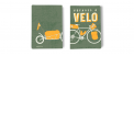 Carnet de voyages à vélo - Voici le carnet idéal et complet pour tous les cyclo-voyageurs !  Le Carnet de voyage à vélo, vous aidera à tout moment pour vos aventures en vélo, le temps d'un week-end ou de plusieurs mois. Ludique et guidé, il garderatrès facilement vos plus belles aventures, avec ses nombreuses pages pertinentes. Illustré de façon aérée et ludique, ce carnet compile de nombreuses informations essentielles pour se lancer dans une aventure cycliste, des astuces et des conseils de vrais experts. Il vous permet de noter tout ce qui vous vient à l'esprit, de vos plus belles rencontres, aux meilleurs assiettes, en passant par vos hébergements. Une manière plutôt chouette de conserver tous vos souvenirs... Un vrai cadeau original pour les cyclistes !