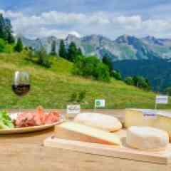 Séjour rando saveurs Alpines - <p>Une nouvelle façon de randonner. Partez à la découverte des spécialités culinaires des Alpes, au coeur de la généreuse Aravis. Un séjour plein de surprises gourmandes!</p> <p>Au programme : <br />- 1 randonnée découverte<br />- 3 randonées gourmandes en demi journée et 3 en journée.</p>