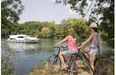 Flow Vélo - <p>Moi, La Flow Vélo®, qui suis-je ?<br />Reliant l'Atlantique au Périgord, je dois une part<br />majeure de ma personnalité à l'eau. En effet, 50% de<br />mon tracé longe des cours d'eau et notamment le langoureux<br />et paisible fleuve Charente. Grande originalité,<br />le départ de la véloroute (ou l'arrivée suivant le sens) s'effectue<br />sur l'île d'Aix avec un panorama sur l'eau à 360°.<br />Je suis un itinéraire placé sous le signe du prestige,<br />en témoigne les villes et sites que je longe ou traverse.<br />L'AOC Cognac comble les amateurs de raffinement, Rochefort<br />impressionne avec son Arsenal, l'Hermione et sa<br />majestueuse Corderie Royale, Angoulême est une référence<br />en matière de 9e art, d'image et de création, le Périgord<br />séduit par son charme naturel et sa tradition gastronome.<br />Parcourir La Flow Vélo®, c'est aller d'exception en exception.<br />Raffinée mais loin d'un bling-bling clinquant, je traverse<br />une campagne chic et bucolique, nourrissant les envies<br />et besoins</p>