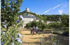 Vos balades en Val-de-Marne, pour changer d¿air au Sud-Est de Paris - <p>Facilement accessible en métro ou RER, le Val-de-Marne regorge d'idées de balades à pied ou à vélo qui vous dépayseront et vous enchanteront.<br /> A deux pas de Paris, vous pourrez flâner le long des célèbres Boucles de la Marne à la nature préservée, découvrir les paysages contrastés de la vallée de la Seine, vous aventurer dans le sud du territoire au cœur du Plateau briard au caractère rural authentique ou encore respirer au grand air dans le massif de l'Arc boisé et le Bois de Vincennes.<br /> Les plus curieux profiteront de balades urbaines pour découvrir le Street art à Vitry, véritable musée à ciel ouvert, ou explorer des coins cachés et préservés en milieu urbain (balades organisées sur réservation).</p>
