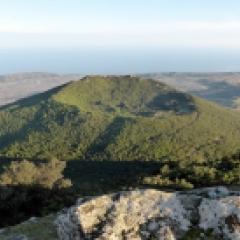 Séjour de randonnée à Pantelleria, la fille du vent - <p>Une semaine de randonnées en étoile pour découvrir, en toutes saisons, Pantelleria, l'île la plus au sud de l'Italie, près des côtes tunisienne. Une palette de couleurs infinies du blanc des rives du « Lago », au marron claire de la Cuddia Mida, au gris clair de Cuddia Bruciata, au vert des Cinque Denti, au rouge de Favarelle ou au noir de l'obsidienne mêlées aux verts des prés, des vignes et des câpriers ou encore des forêts ou du maquis. Des itinéraires entre mer et montagne parmi les « dammusi », les jardins d'agrumes et les cultures en terrasses. Une harmonie parfaite.</p>