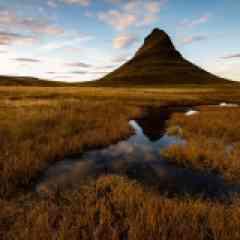 Elements - L'Islande, aussi appelée « Terre de Glace »   est une île au niveau du cercle arctique où la rudesse du climat n'a d'égale que la beauté de ces paysages. Façonnée par les éléments depuis des millions d'années, elle est le fruit de la rencontre entre la plaque tectonique d'Amérique du nord et la plaque eurasienne. De cette naissance brutale est naît un paysage volcanique qui n'a cessé d'évoluer aux grés différentes éruptions et phases de glaciation. Avec ses 360 000 habitants dont le tiers vivant à Reykjavik, sitôt sortie de la capitale, vous vous sentirez rapidement immergé dans cette nature sauvage et cette sensation perdurera tout au long de  votre voyage photo en Islande.