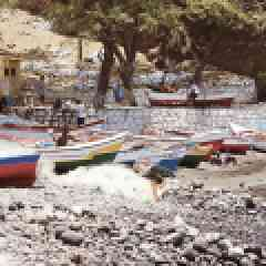 7 jours en mode tourisme solidaire au Cap Vert - Au large des côtes africaines, le Cap-Vert est un chapelet d'îles à l'ambiance incomparable. Si vous rêvez d'un break hors des sentiers battus vous permettant à la fois de vous ressourcer et de découvrir la « vraie vie » du Cap-Vert, vous serez comblé.e.s !  Notre agence partenaire met à l'honneur le tourisme solidaire. Ici, pas question de s'enfermer derrière les murs d'un resort luxueux. Vous êtes accueilli.s chez l'habitant pour découvrir au plus près une culture à part.   En famille, en amoureux ou entre amis, vous profitez de ce break exclusif au Cap Vert pour vous détendre et méditer. Entre séance de yoga et massages proposés par l'hôte, trekking, plongée et rencontres humaines inoubliables, le Cap Vert vous offre le meilleur de lui-même !  Ce séjour de 7 jours est proposé toute l'année, pour des groupes de 2 à 8 personnes maximum. Il est ouvert aux enfants, à partir de 10 ans.  En vivant directement au contact de la population locale, vous pourrez vous immerger dans l'histoire, les us et coutumes et le doux rythme de la vie capverdienne. Au cours de votre séjour, c'est l'âme-même du Cap-Vert qui vous est révélée.