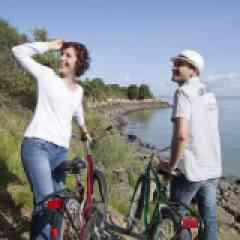 Flow Vélo - <p>Moi, La Flow Vélo®, qui suis-je ?</p> <p>Reliant l'Atlantique au Périgord, je dois une part<br />majeure de ma personnalité à l'eau. En effet, 50% de<br />mon tracé longe des cours d'eau et notamment le langoureux<br />et paisible fleuve Charente. Grande originalité,<br />le départ de la véloroute (ou l'arrivée suivant le sens) s'effectue<br />sur l'île d'Aix avec un panorama sur l'eau à 360°.<br />Je suis un itinéraire placé sous le signe du prestige,<br />en témoigne les villes et sites que je longe ou traverse.<br />L'AOC Cognac comble les amateurs de raffinement, Rochefort<br />impressionne avec son Arsenal, l'Hermione et sa<br />majestueuse Corderie Royale, Angoulême est une référence<br />en matière de 9e art, d'image et de création, le Périgord<br />séduit par son charme naturel et sa tradition gastronome.<br />Parcourir La Flow Vélo®, c'est aller d'exception en exception.<br />Raffinée mais loin d'un bling-bling clinquant, je traverse<br />une campagne chic et bucolique, nourrissant les envies<br />et besoins de mes visiteurs. Ici on se dépense</p>