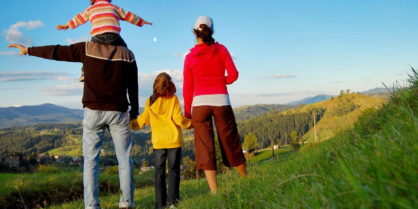 photo-famille-randonnée-shutterstock