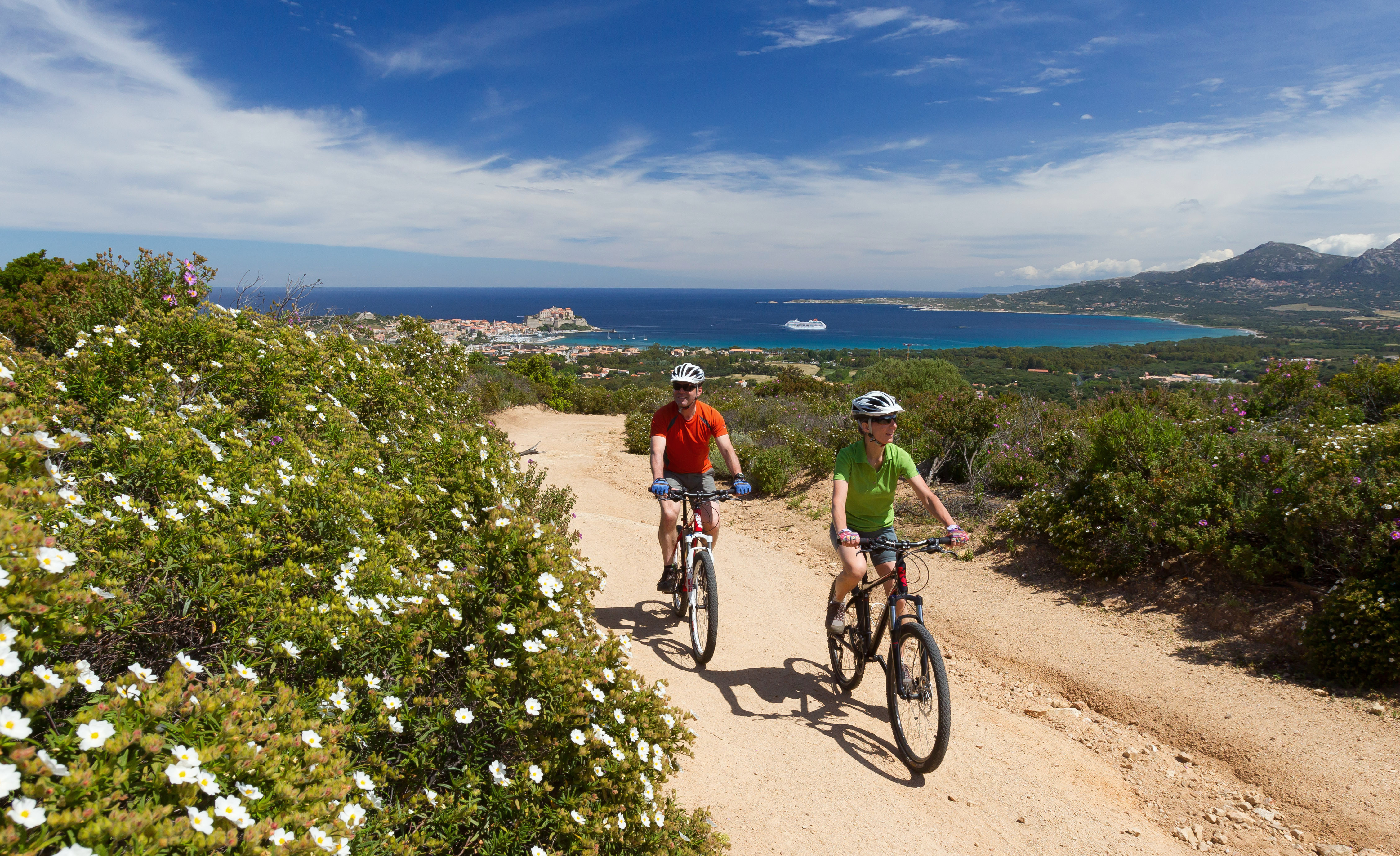 Fotolia_Mountainbiker auf Korsika©lettas